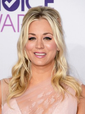 39th+Annual+People+Choice+Awards+Red+Carpet+Kaley+Cuoco
