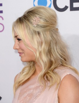 39th+Annual+People+Choice+Awards+Red+Carpet+Kaley+Cuoco+3